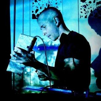 Ali Salvioni, der Gründer des Musikprojekts «Settore Giada», wurde auf Ibiza geboren und hat, nebst vielen Live-Auftritten, Tours und internationalen Gigs (Salzburger Festspiele, diverse Tanz- und Theaterproduktionen) sowie Koproduktionen («Sophie Lillienne», «Psycho Kinder») schon zahlreiche Alben veröffentlicht – zuletzt «Notturno» und «SIN». Bezeichnend ist sein breitgefächertes Repertoire an zahlreichen Musikstilen, die er sowohl live als auch im Studio zu interessanten Kreationen kombiniert. Seit 2016 untermalt er die Projekte von PROTOKOLL 4 mit seinen Klängen.