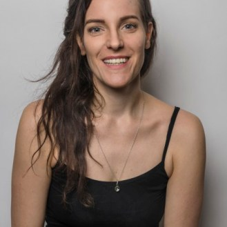 Julia Salome Nauer bildete sich in Schauspiel und Tanz an verschiedenen internationalen Schulen aus wie der Accademia di Danza e Arti Sceniche in Mailand, dem Studio des Arts Vivants in Paris und der Accademy of Dramatic Arts in Los Angeles Sie arbeitet schon seit 2006 als freischaffende Tänzerin und Schauspielerin und hat u.a. an Projekten am Schauspielhaus Zürich, am Tanzhaus Zürich und an der Gessnerallee Zürich mitgewirkt. Ausserdem spielt sie in grösseren und kleineren Filmprojekten mit. Seit 2015 leitet sie die Kompagnie PROTOKOLL 4 und hat schon einige Projekte (abendfüllende und kürzere) mit verschiedenen Mitwirkenden realisiert. Während ihres zweiten Studiums der Germanistik und Philosophie begann sie eigene kürzere Texte zu schreiben und verfolgt dies bis heute, wobei es sich mittlerweile heute vor allem um dramatische Texte handelt. Mit der Projektskizze «Dulce de Leche» ist sie in die engere Auswahl des DRAMENPROZESSORS 20/21 gekommen.