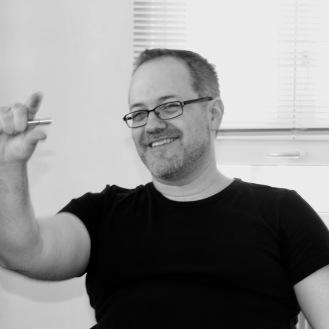 """Philip Reich absolvierte seine 2-jährige Ausbildung in Berlin. Er wirkte seither in zahlreichen Film- und Theaterproduktionen wie z. B. """"Face to Face"""", """"Nightcast"""". Sein Regiedebut, der Kurzfilm """"Patt"""", erreichte beim Talentscreen 2009 des Zurich Film Festival den vierten Platz. Er besitzt ausserdem einen Master in Psychologie und ist seit mehr als zehn Jahren als professioneller Improvisationsschauspieler mit der Company """"ActBack"""" tätig. Seit 2018 ist er im Ensemble von PROTOKOLL 4 dabei."""