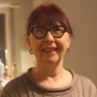 Barbara Bornhauser, Germanistin, arbeitete dreissig Jahre als Deutschlehrerin an der KS Hohe Promenade, wo sie über zwanzig Jahre lang die Kostüme für die Theatergruppe gestaltet und realisiert hat. Zudem hat sie für zahlreiche freie Projekte als Kostümbildnerin gearbeitet, unter anderem für die Produktionen «Helfereitheater», «Der Pfiff aufs Ganze» im sogar Theater, «Wonderland Inn», «Der Fall der Fälle» und sie ist seit 2015 fix als Kostümbildnerin bei PROTOKOLL 4 engagiert.